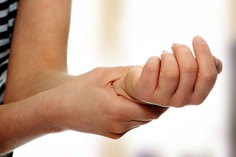 Akupunktura leczy bolesny skurcz dłoni